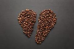 Ο καφετής καφές στο μαύρο υπόβαθρο σύστασης για το σχέδιο Κάρτα ημέρας βαλεντίνων ` s Αγίου σε fabruary 14, έννοια διακοπών Στοκ εικόνα με δικαίωμα ελεύθερης χρήσης