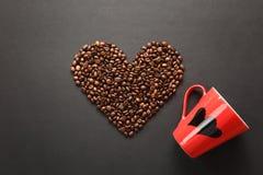 Ο καφετής καφές στο μαύρο υπόβαθρο σύστασης για το σχέδιο Κάρτα ημέρας βαλεντίνων ` s Αγίου σε fabruary 14, έννοια διακοπών Στοκ φωτογραφία με δικαίωμα ελεύθερης χρήσης