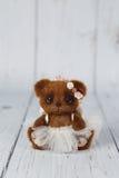 Ο καφετής καλλιτέχνης teddy αντέχει στο φόρεμα ένα από το είδος Στοκ εικόνα με δικαίωμα ελεύθερης χρήσης