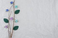 Ο καφετής κλάδος διακοσμεί με τον μπλε τόνο αυξήθηκε λουλούδια εγγράφου Στοκ εικόνες με δικαίωμα ελεύθερης χρήσης