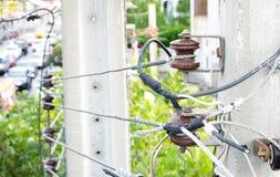 Ο καφετής-κόκκινος ηλεκτρικός μονωτής που είναι από την υψηλή τάση Στοκ Εικόνες