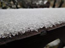 Ο καφετής πίνακας κάτω από το πρώτο άσπρο χιόνι Στοκ εικόνα με δικαίωμα ελεύθερης χρήσης