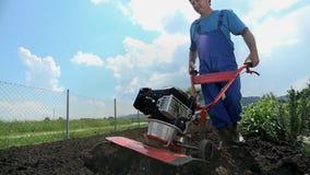 Ο καλλιεργητής αρχίζει τον καλλιεργητή και continoues το όργωμα φιλμ μικρού μήκους
