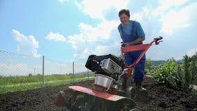 Ο καλλιεργητής προσπαθεί να αρχίσει τη μηχανή καλλιέργειας απόθεμα βίντεο