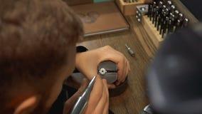 Ο καλλιτέχνης είναι απασχολημένος με ένα ασημένιο δαχτυλίδι και ένα τρυπάνι για την επεξεργασία του πολύτιμου μετάλλου απόθεμα βίντεο