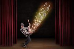 Ο καλλιτέχνης εκτελεί guiter το όργανο στη σκηνή απεικόνιση αποθεμάτων