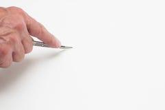Ο καλλιτέχνης επανδρώνει την κοπή χεριών με ένα χειρουργικό νυστέρι Στοκ εικόνα με δικαίωμα ελεύθερης χρήσης