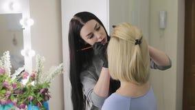 ο καλλιτέχνης κάνει πρότυ&p 15 woman young Τα φρύδια σχεδίων καλλιτεχνών σύνθεσης σε ένα όμορφο κορίτσι με έναν επαγγελματία βουρ απόθεμα βίντεο