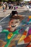 Ο καλλιτέχνης κιμωλίας επισύρει την προσοχή τη σκηνή αποκριών στην οδό Στοκ Εικόνα