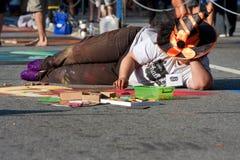 Ο καλλιτέχνης κιμωλίας δημιουργεί τη σκηνή αποκριών στην οδό Στοκ εικόνες με δικαίωμα ελεύθερης χρήσης