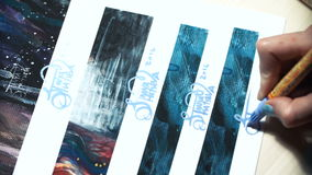 Ο καλλιτέχνης κοριτσιών υπογράφει μερικών από τις εργασίες του Χρωματισμένο σημάδι ενός κυρίου Τυπωμένη ύλη υπογραφών σε έναν μπλ απόθεμα βίντεο