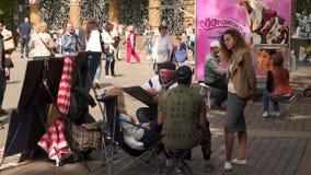 Ο καλλιτέχνης οδών σύρει ένα κορίτσι απόθεμα βίντεο