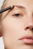 Ο καλλιτέχνης σύνθεσης εφαρμόζει brow τη σύνθεση όμορφη γυναίκα προσώπου Τέλεια σύνθεση Στοκ εικόνα με δικαίωμα ελεύθερης χρήσης