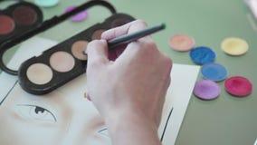 Ο καλλιτέχνης σύνθεσης δημιουργεί το σκίτσο σύνθεσης στο διάγραμμα προσώπου απόθεμα βίντεο
