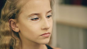 Ο καλλιτέχνης σύνθεσης κάνει το νέο κορίτσι ηθοποιών το όμορφο makeup για το πρόσωπο πριν από την απόδοση χορού στο εσωτερικό φιλμ μικρού μήκους