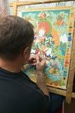 Ο καλλιτέχνης χρωματίζει ένα βουδιστικό εικονίδιο Στοκ Εικόνες