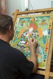 Ο καλλιτέχνης χρωματίζει ένα βουδιστικό εικονίδιο Στοκ φωτογραφίες με δικαίωμα ελεύθερης χρήσης