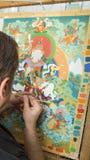 Ο καλλιτέχνης χρωματίζει ένα βουδιστικό εικονίδιο Στοκ Εικόνα