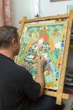 Ο καλλιτέχνης χρωματίζει ένα βουδιστικό εικονίδιο Στοκ Φωτογραφία