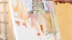 Ο καλλιτέχνης χρωματίζει μια εικόνα απόθεμα βίντεο