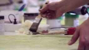 Ο καλλιτέχνης χρωματίζει τα έπιπλα φιλμ μικρού μήκους