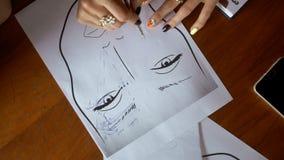 Ο καλλιτέχνης Makeup επισύρει την προσοχή στα φρύδια εγγράφου απόθεμα βίντεο