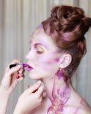 Ο καλλιτέχνης Makeup εφαρμόζει το κραγιόν όμορφη γυναίκα προσώπου Τέλειο μΑ Στοκ φωτογραφίες με δικαίωμα ελεύθερης χρήσης