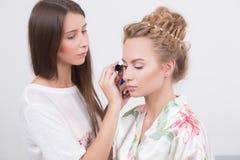 Ο καλλιτέχνης Makeup εφαρμόζει mascara στα eyelashes Στοκ εικόνα με δικαίωμα ελεύθερης χρήσης