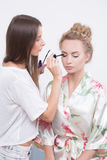 Ο καλλιτέχνης Makeup εφαρμόζει mascara στα eyelashes Στοκ Εικόνες