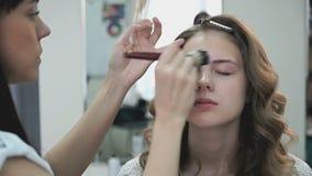Ο καλλιτέχνης Makeup ισχύει κάνει μέχρι το νέο κορίτσι φιλμ μικρού μήκους