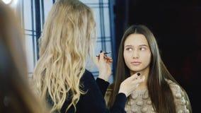 Ο καλλιτέχνης Makeup στην εργασία βάζει τη σύνθεση φιλμ μικρού μήκους