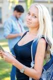Ο καλύτερος σπουδαστής Όμορφος σπουδαστής κοριτσιών που κρατά μια ταμπλέτα και ένα α Στοκ Φωτογραφία