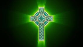 Ο κελτικός χρυσός σταυρός με τις πράσινες λάμποντας ακτίνες περιστρέφεται γύρω από τον άξονα Άνευ ραφής περιτύλιξη Μεταλλίνη Luma διανυσματική απεικόνιση