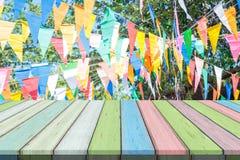 Ο κενή ξύλινη πίνακας ή η σανίδα με το ζωηρόχρωμο έγγραφο σημαιοστολίζει τη διακόσμηση στην έκθεση ή το γεγονός εορτασμού στο υπό Στοκ Εικόνες