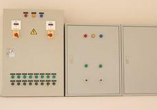 Ο κεντρικός πίνακας επιλογών τριών κιβωτίων ελέγχει το μετρητή δύναμης, για να διατηρήσει Στοκ Εικόνες