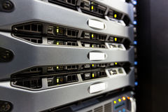 Ο κεντρικός υπολογιστής υπολογιστών τοποθετεί στο ράφι στο δωμάτιο κέντρων δεδομένων στοκ εικόνα