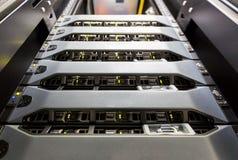 Ο κεντρικός υπολογιστής υπολογιστών τοποθετεί στο ράφι στο δωμάτιο κέντρων δεδομένων Στοκ Φωτογραφία