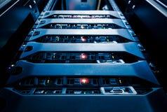 Ο κεντρικός υπολογιστής υπολογιστών τοποθετεί στο ράφι στο δωμάτιο κέντρων δεδομένων Στοκ φωτογραφία με δικαίωμα ελεύθερης χρήσης