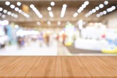 Ο κενός ξύλινος πίνακας προοπτικής στην κορυφή πέρα από το υπόβαθρο θαμπάδων, μπορεί Στοκ φωτογραφία με δικαίωμα ελεύθερης χρήσης