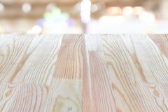 Ο κενός ξύλινος πίνακας στην κορυφή πέρα από το υπόβαθρο θαμπάδων, μπορεί να είναι χρησιμοποιημένη χλεύη Στοκ Φωτογραφία