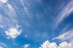 Ο κενός ουρανός είναι μπλε με τα άσπρα σύννεφα Στοκ Εικόνες