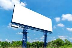 Ο κενός πίνακας διαφημίσεων μια φωτεινή μπλε ημέρα έτοιμη για νέο Στοκ εικόνες με δικαίωμα ελεύθερης χρήσης