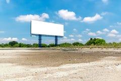 Ο κενός πίνακας διαφημίσεων μια φωτεινή μπλε ημέρα έτοιμη για νέο Στοκ εικόνα με δικαίωμα ελεύθερης χρήσης