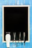 Ο κενός πίνακας, ο κομμωτής ψαλιδιού και ο κουρέας κουρευτών ζώων επιζητούν επάνω Στοκ εικόνες με δικαίωμα ελεύθερης χρήσης