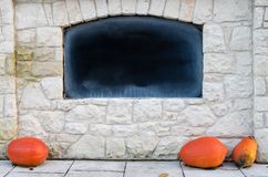 Ο κενός πίνακας στον τοίχο πετρών με την κιμωλία έτριψε έξω, Advertisin στοκ φωτογραφία με δικαίωμα ελεύθερης χρήσης
