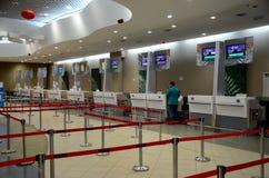 Ο κενός ταϊλανδικός αέρας και άλλη αερογραμμή ελέγχουν στους μετρητές στο διεθνή αερολιμένα Μαλαισία Penang Στοκ Φωτογραφίες