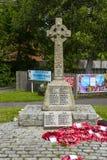 Ο κελτικός σταυρός όρισε το μαρμάρινο 1$ο μνημείο παγκόσμιου πολέμου σε Warsash στη νότια παράλια της Αγγλίας με τα στεφάνια παπα στοκ εικόνες με δικαίωμα ελεύθερης χρήσης