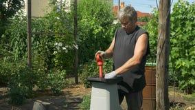 Ο κηπουρός η χρησιμοποίηση του καταστροφέα εγγράφων κλάδων Παραγωγή του πριονιδιού φιλμ μικρού μήκους