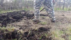 Ο κηπουρός σκάβει τον κήπο Καλλιεργήστε το χώμα απόθεμα βίντεο
