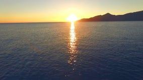 Ο κηφήνας αρχίζει να πετά από την παραλία πέρα από την επιφάνεια νερού στον ήλιο απόθεμα βίντεο